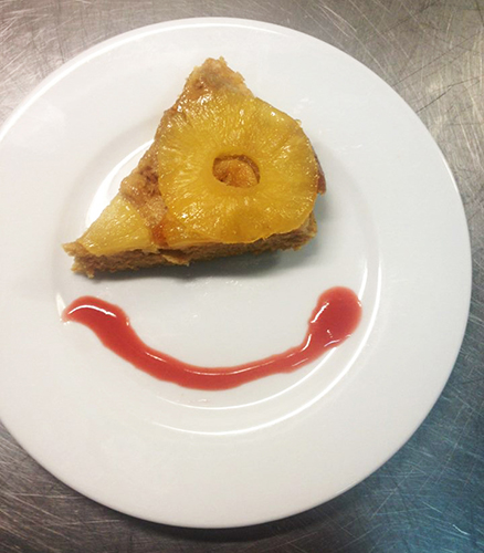 Tranche de gâteau ananas et son coulis de fraise maison